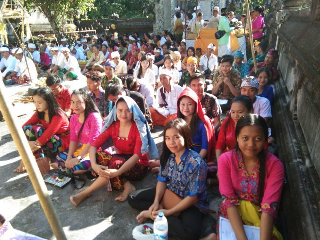 Pura Sali Paseban Batu Foto Mahasiswa IAHN TP Palangka Raya bersama Umat Hindu (dok. Humas)
