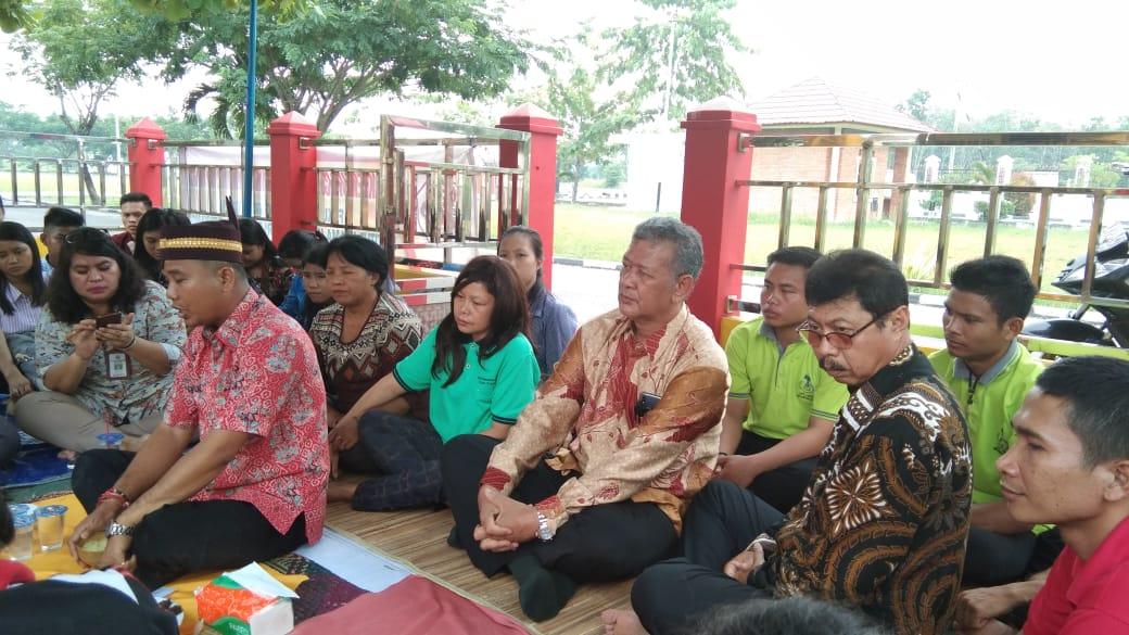 Rektor (tengah) menghadiri acara Pakanan Sahur Parapah