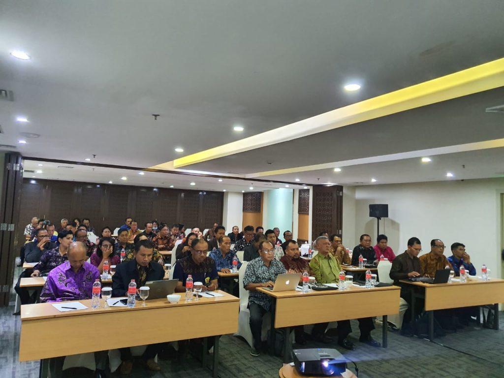 Rektor (batik hijau) menghadiri pertemuan Ditjen Bimas Hindu dan PTKH se-Indonesia