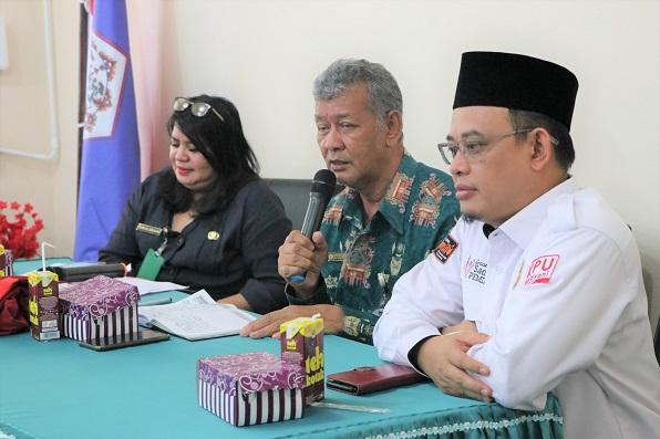 Rektor (tengah) didampingi oleh Ketua KPU Prov Kalteng (kanan) dan Kabag AUK (kiri)