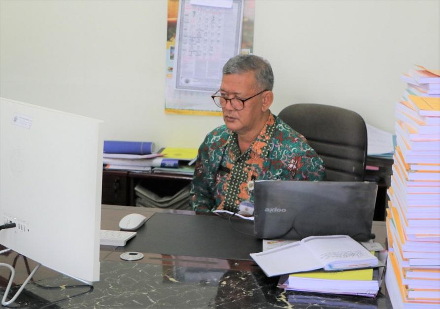 Rektor sebagai narasumber webinar menyampaikan materi