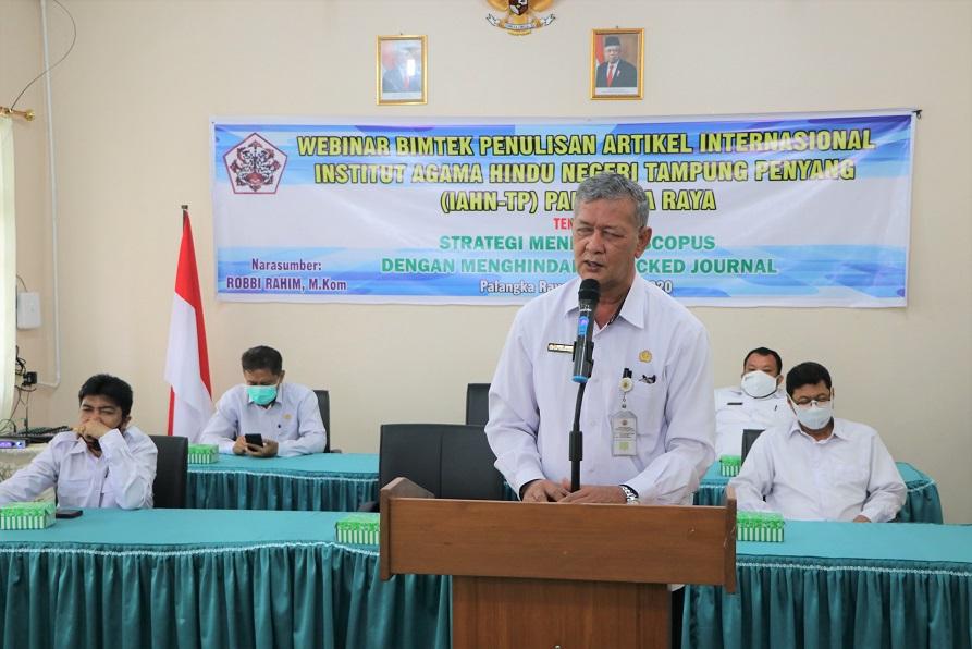 Rektor memberikan sambutan saat acara pembukaan Webinar Bimtek Penulisan Artikel Internasional