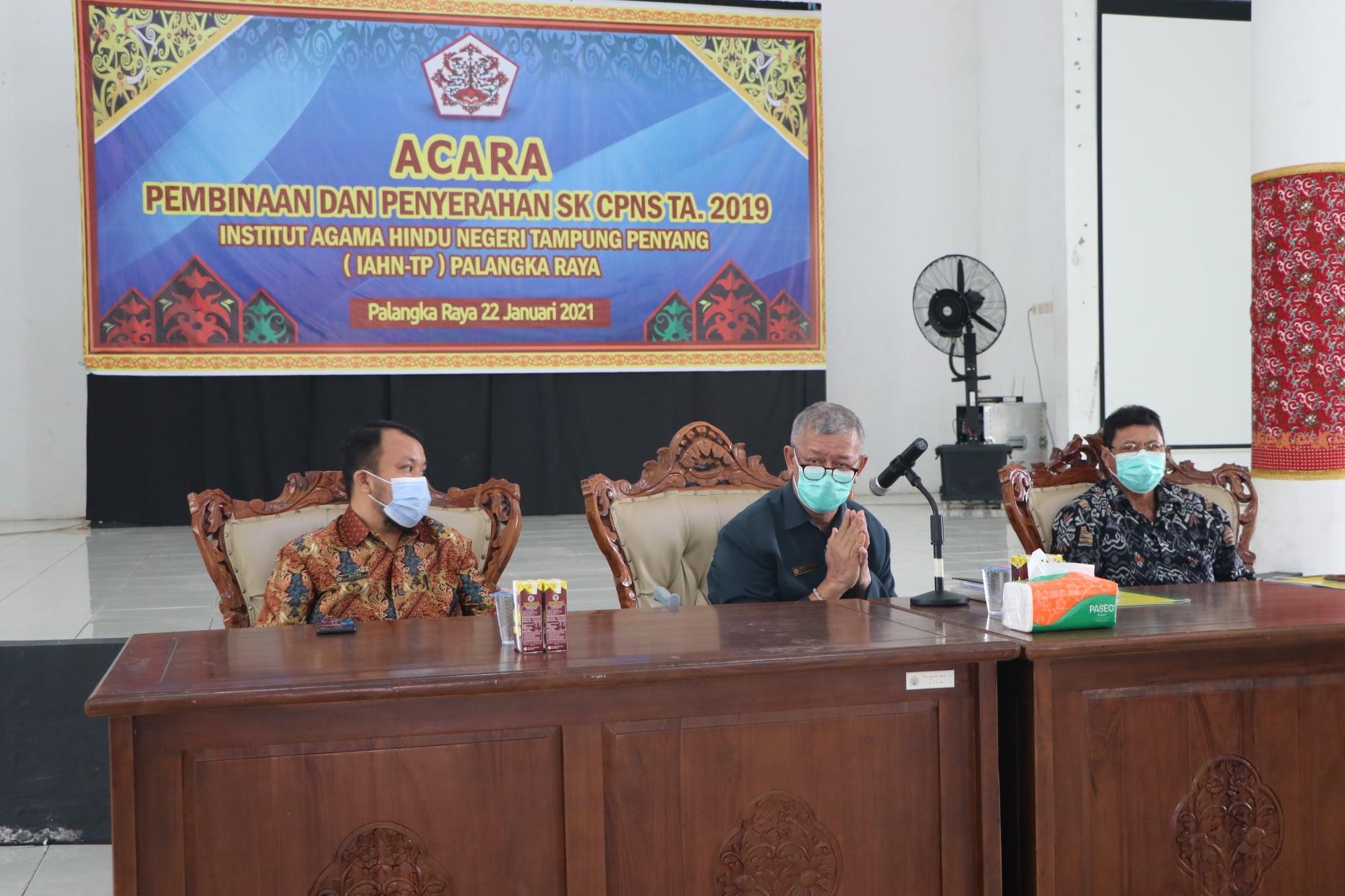 Rektor didampingi oleh Wakil Rektor II dan Kepala Biro AUAK dalam kegiatan penyerahan SK CPNS 2019