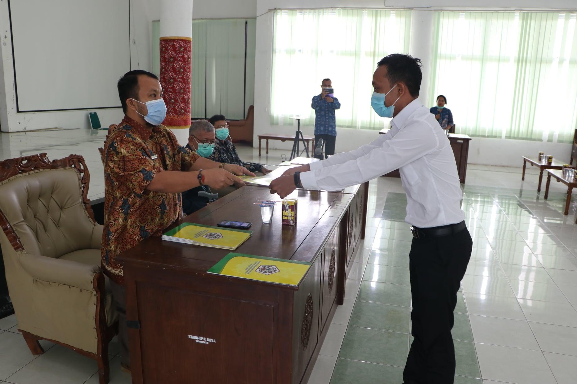 Wakil Rektor II Menyerahkan SK CPNS 2019