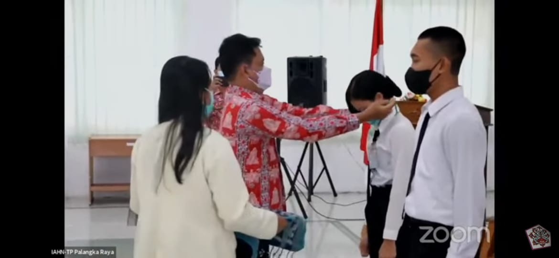 Pelepasan tanda peserta oleh Wakil Rektor III